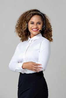 Glimlachende wapens gekruiste afrikaanse amerikaanse vrouw die microfoon draagt