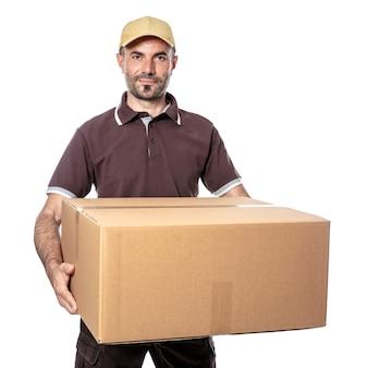 Glimlachende werknemer met pakket in de hand, logistiek en scheepvaart. geïsoleerd op bianco