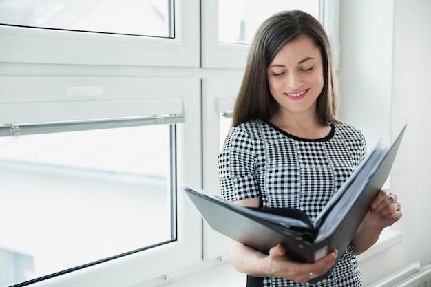 Glimlachende werknemer met papiermap