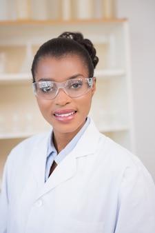 Glimlachende wetenschapper die camera bekijkt
