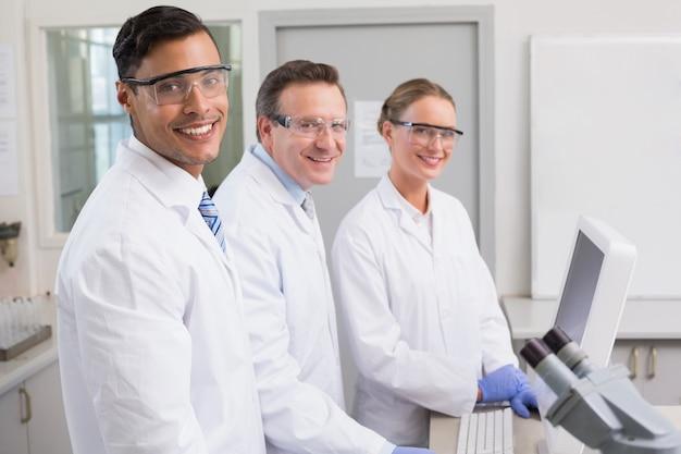 Glimlachende wetenschappers die camera bekijken