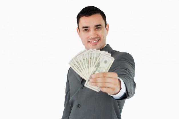 Glimlachende zakenman die bankbiljetten voorstellen
