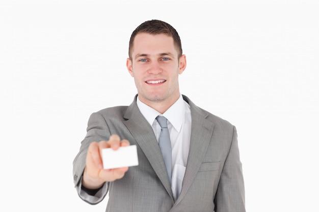 Glimlachende zakenman die een leeg adreskaartje toont