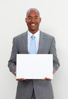Glimlachende zakenman die witte kaart houdt