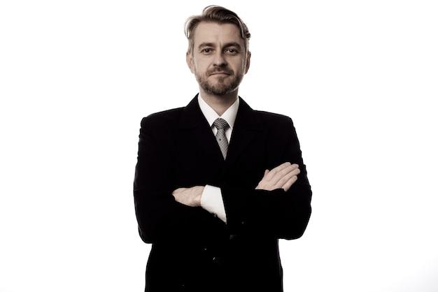 Glimlachende zakenman die zich met geïsoleerde wapens bevindt zich