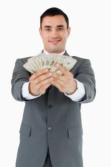 Glimlachende zakenman die zijn bankbiljetten voorstellen