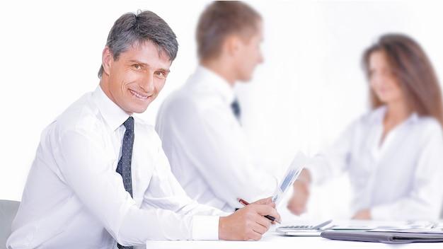Glimlachende zakenman en zakenvrouw handen schudden over vergadertafel