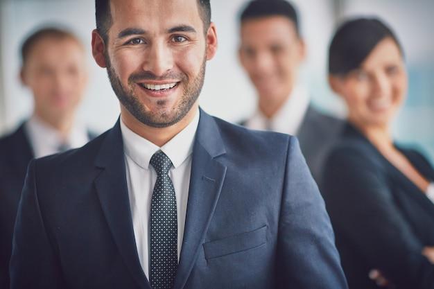 Glimlachende zakenman in werkomgeving