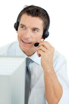 Glimlachende zakenman met hoofdtelefoon