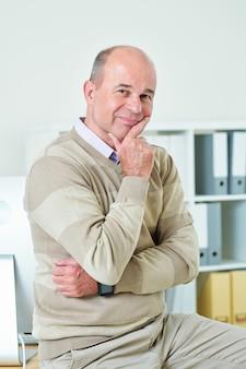 Glimlachende zakenman op middelbare leeftijd