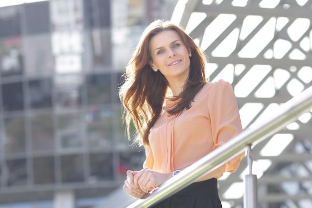 Glimlachende zakenvrouw op de achtergrond van kantoorgebouw .photo met kopie ruimte