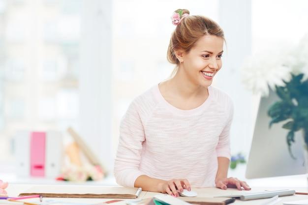 Glimlachende zakenvrouw op de werkplek