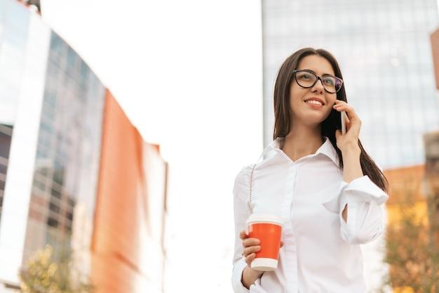 Glimlachende zakenvrouw praten over de telefoon