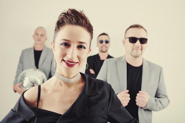 Glimlachende zangeres en haar band