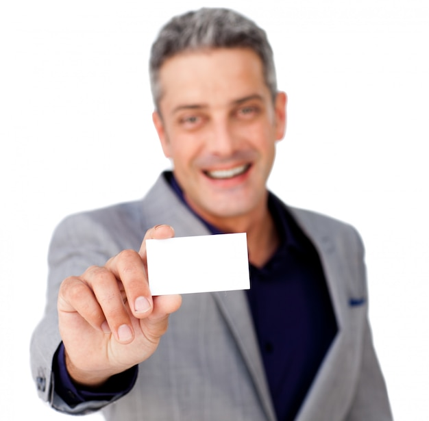 Glimlachende zekere zakenman die een witte kaart houdt