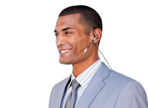 Glimlachende zekere zakenman met hoofdtelefoon