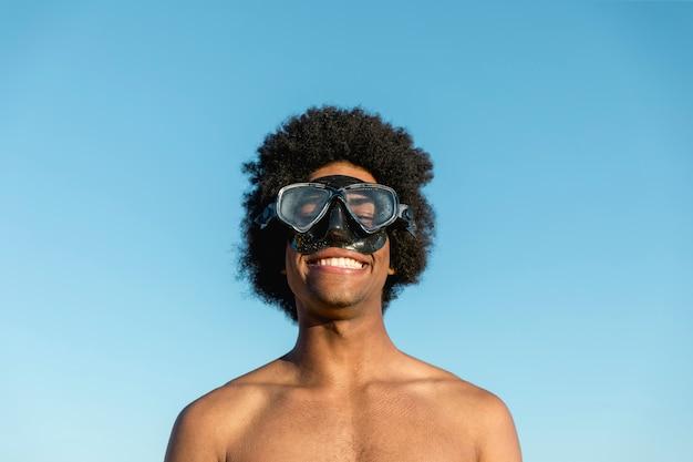 Glimlachende zwarte mens in duikmasker