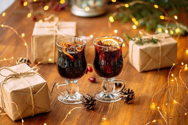 Glint wijn op de houten tafel met geschenken