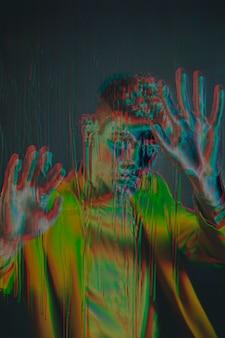 Glitch effect op portret van jonge man