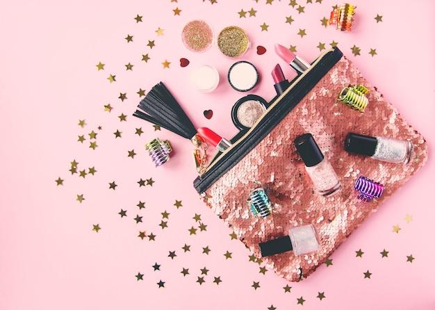 Glitter pailletten make-up tas met lipsticks, nagellakken en andere voorwerpen.