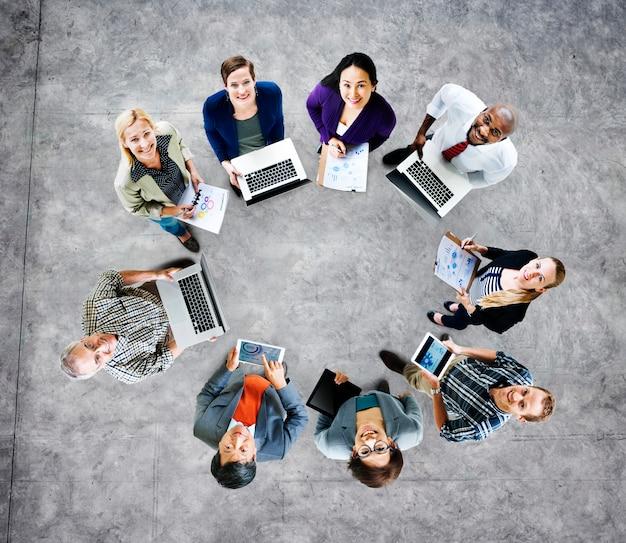 Globaal communicatie technologielaptop digitaal apparatenconcept