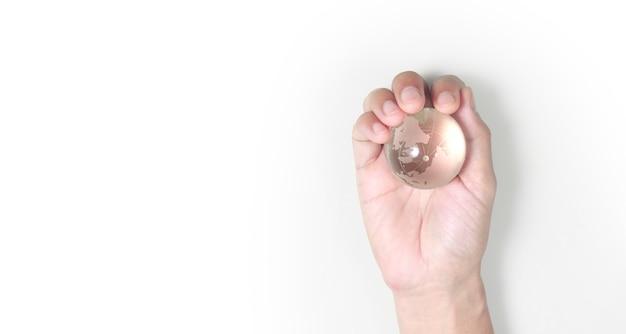 Globe, aarde in menselijke hand, die onze planeet gloeiend houdt.