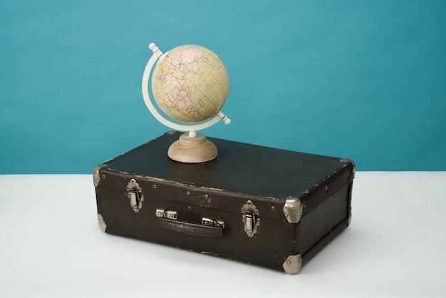 Globe en vintage koffer