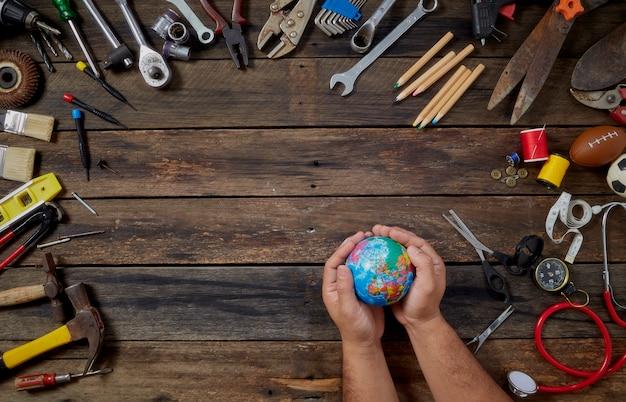 Globe in de handen dag van de arbeid