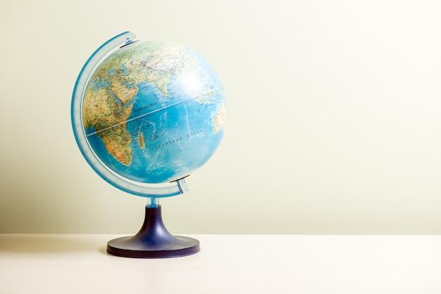 Globe op de heldere wazige achtergrond, close-up foto. toeristenconcept