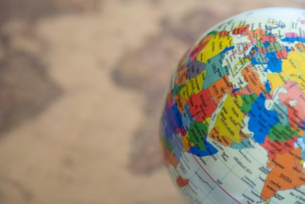 Globe op onscherpe achtergrond