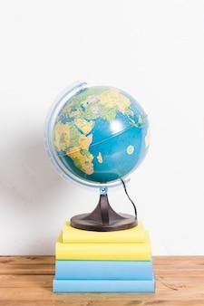 Globe op stapel boeken