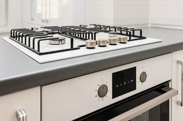 Gloednieuw gasfornuis en ingebouwde oven