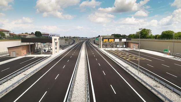 Gloednieuwe lege snelweg