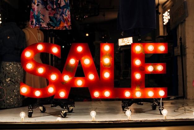 Gloeiend uithangbord verkoop in winkel