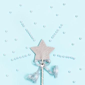 Gloeiende, glinsterende ster op blauw met witte kralen. magische ster, vervulling van wensen, dromen.
