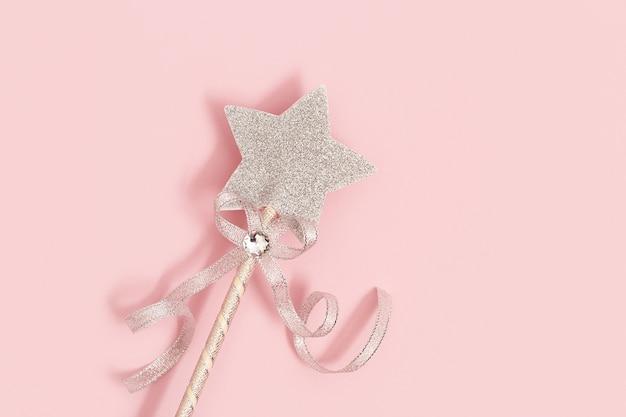 Gloeiende, glinsterende ster op roze achtergrond met kopie ruimte. magische ster, vervulling van wensen, dromen.