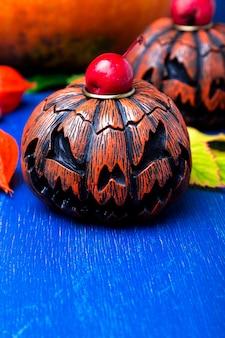 Gloeiende halloween-pompoenhoofden hefboom o lantaarn