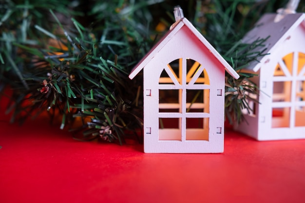 Gloeiende houten huisslinger op een kerstboom. kerst concept en onroerend goed concept