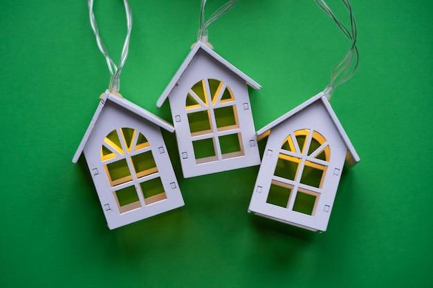 Gloeiende houten huisslingers op een groene muur