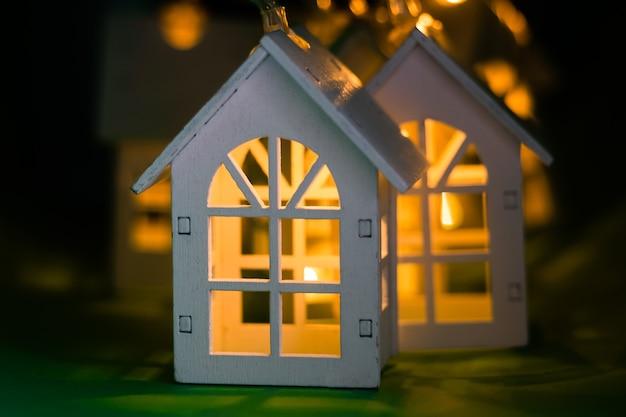 Gloeiende kerstslinger in de vorm van een huis.