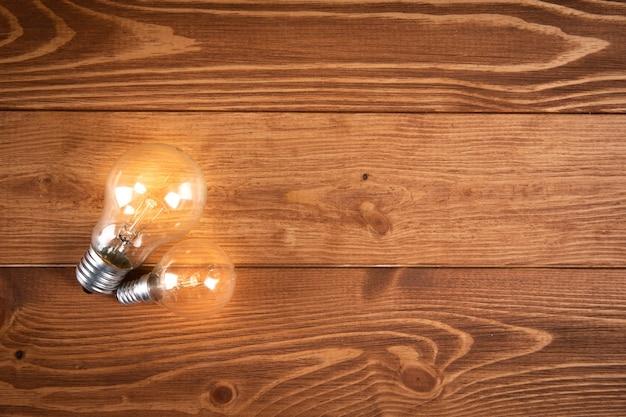 Gloeiende lamp op een houten tafel. concept ideeën
