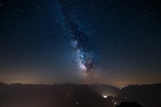 Gloeiende melkweg en sterrenhemel uit de alpen