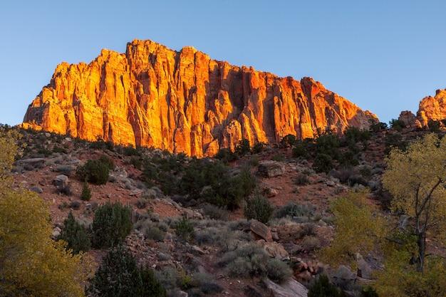 Gloeiende rotswand bij zonsondergang in zion national park