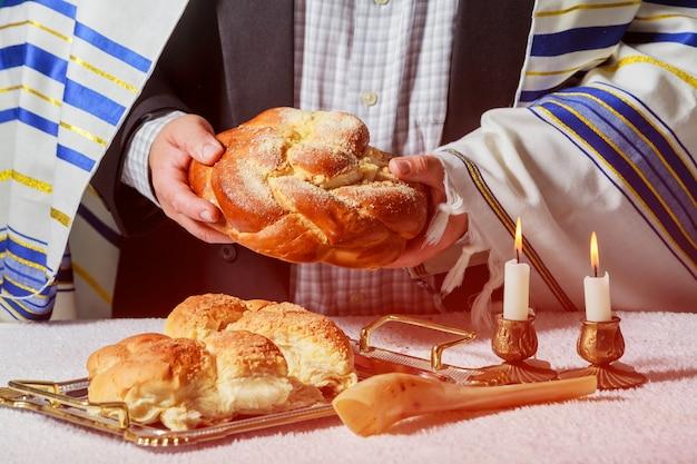 Gloeiende sabbatkaarsen. selectieve nadrukclose-up op twee waskaarsen challah