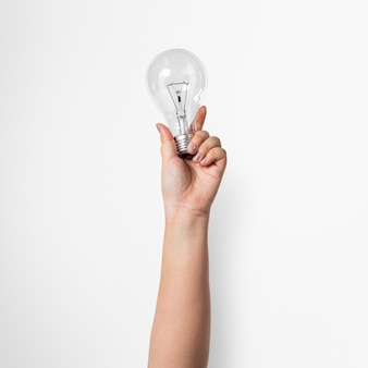Gloeilamp creatief bedrijfsidee symbool vastgehouden door een hand