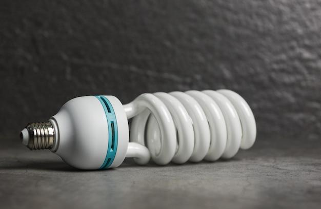 Gloeilamp led, licht van de lamp op donkere achtergrond / energiebesparende idee, energiebesparing