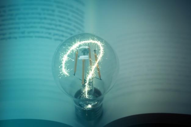 Gloeilamp met een boekideeconcept met innovatie