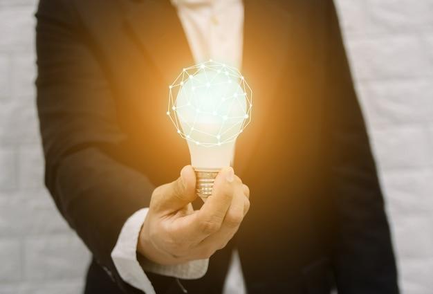 Gloeilamp nieuwe ideeën met innovatieve technologie-oplossing concepten handen van de zakenman.