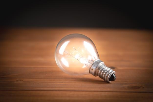 Gloeilamp op tafel nieuwe ideeën bedrijfsconcept