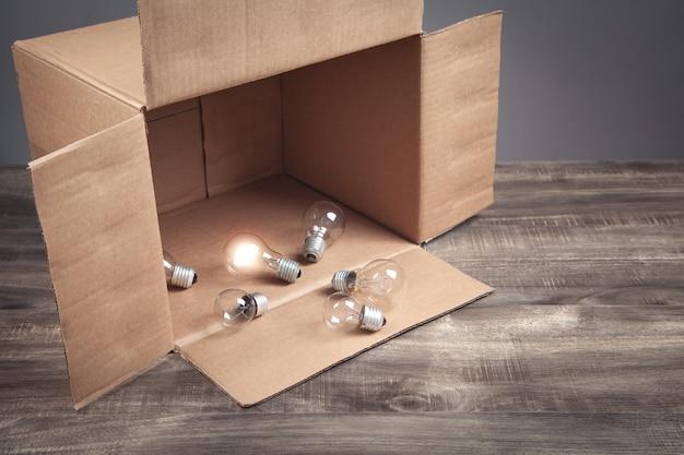 Gloeilampen in de kartonnen doos.
